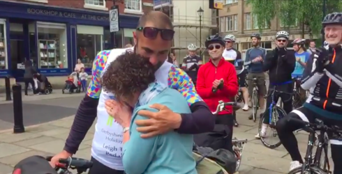 Man Shares Heartwarming Embrace with Mom, 7 Years After Leaving to Bike Around the World