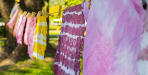 How to Naturally Tie-Dye Clothes at Home