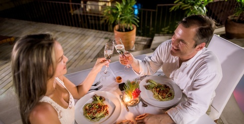 6 Ways to Make Your Anniversary Dinner More Than Just Another Meal