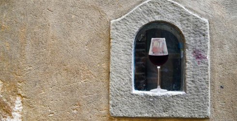 Italian Restaurants Are Serving Guests Wine Through Walls, and I Want In