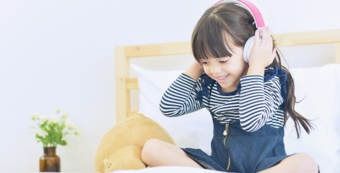 13 Podcasts for Kids: Audio to Help Keep Them Busy & Entertained Without Screens