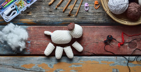 Keep Boredom in Stitches and Spot the Differences in This Crafty Crocheting Scene!